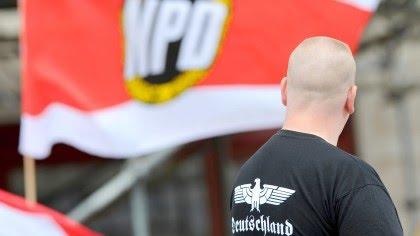 Ein Anhänger der rechtsextremen NPD bei einer Kundgebung am Strausberger Platz in Berlin. Viele verurteilte rechte Straftäter bewegen sich wie er auf freiem Fuß.
